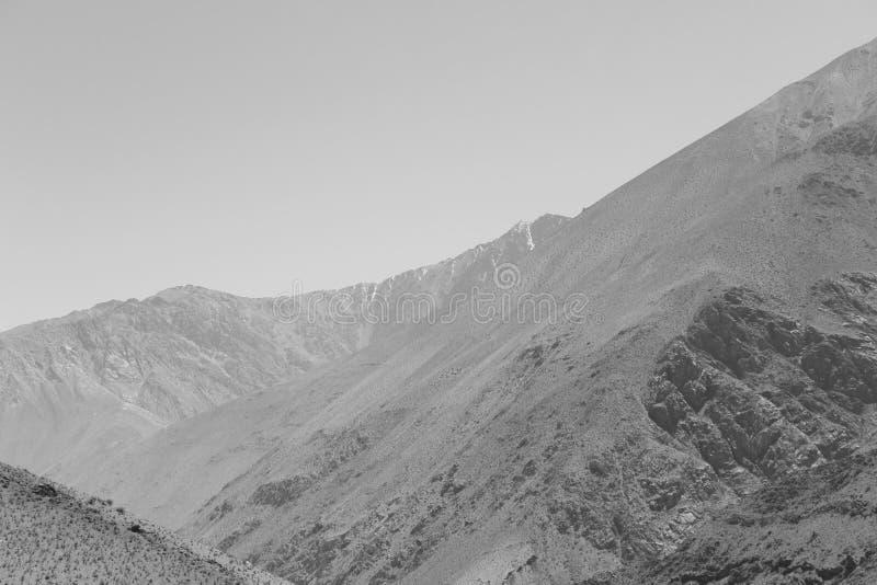 Bergen in zwart-wit royalty-vrije stock afbeeldingen