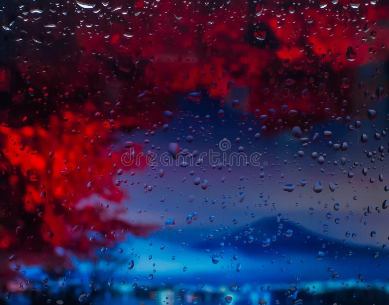 Bergena mening van de stad van een venster van een hoog punt tijdens een regen Nadruk op dalingen stock fotografie
