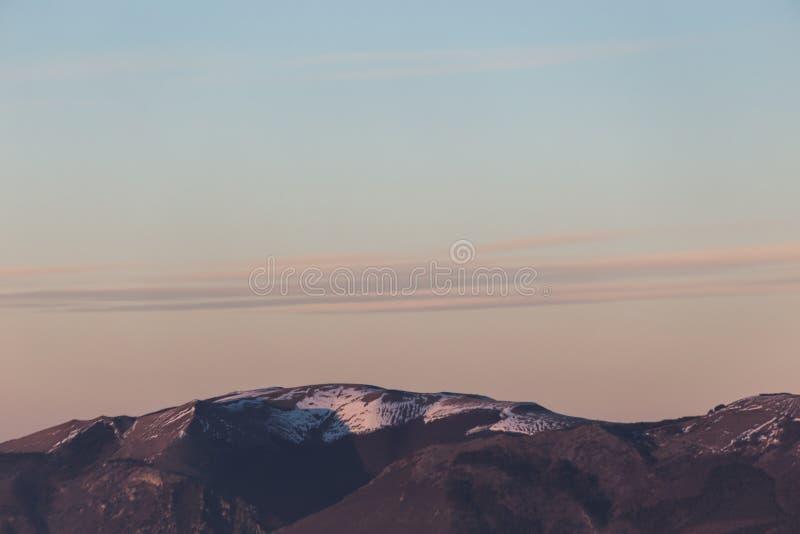 Bergenbovenkant en wolken stock fotografie