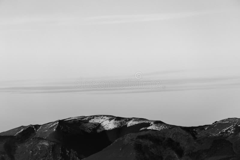 Bergenbovenkant en wolken royalty-vrije stock afbeelding