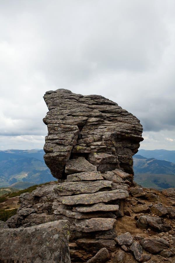 Bergenlandschap in donkere dag, grote stenen royalty-vrije stock fotografie