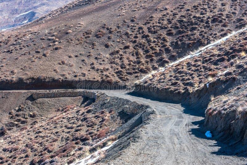 Bergenweg - Langza-Dorp, Spiti-Vallei, Himachal Pradesh stock afbeeldingen