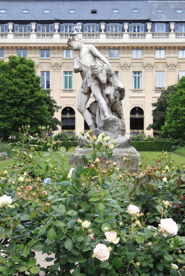 Berger et la statue de chèvre à Paris photo libre de droits