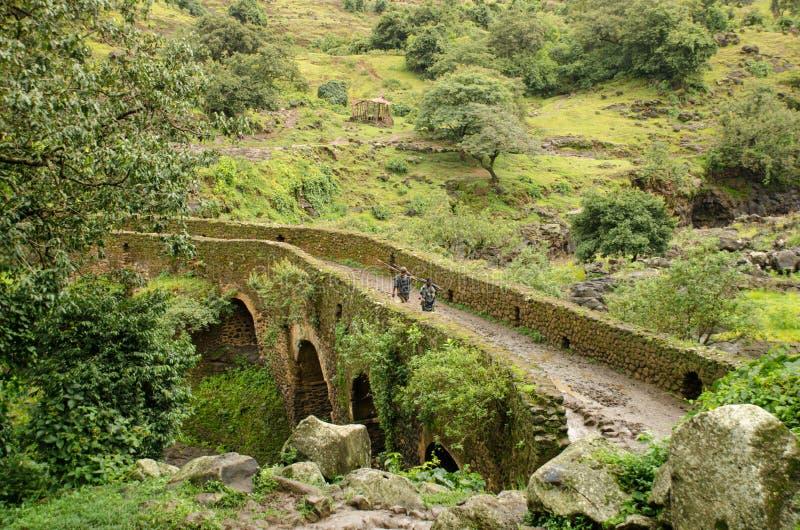 Berger sur un pont portugais antique, Ethiopie image libre de droits