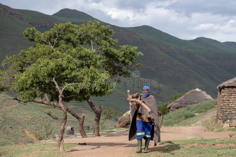 Berger utilisant une couverture contre le froid, dans un village de montagne près de la ville de Mokhotlong au Lesotho est du nor photos libres de droits