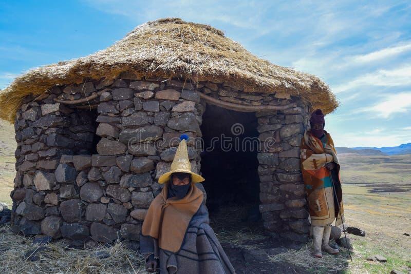 Bergers de Besotho devant leur hutte image stock