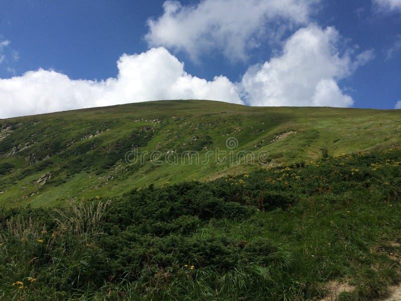 Berget äter molnen arkivfoto