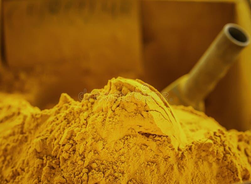 Berget av parfymerat guld- tumerickryddapulver som visas på lokala bönder, marknadsför i Sicilien arkivfoton