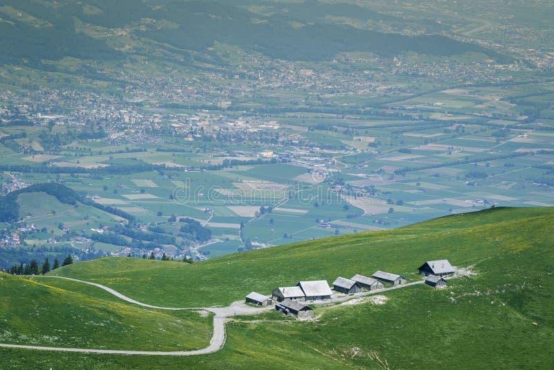 Berget förlägga i barack ot den gröna kullen framme av den rhineland dalen royaltyfria foton