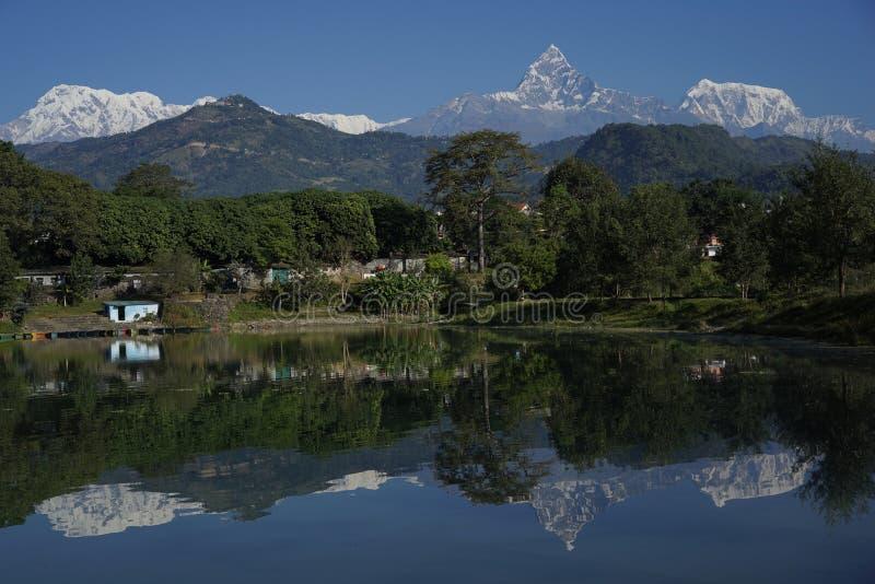 Bergfälten i Annapurana område royaltyfri foto