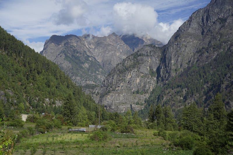 Bergfälten i den Annapurna strömkretsen royaltyfri fotografi