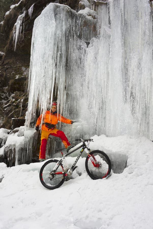 Bergfiets in de winter in de bergen stock foto