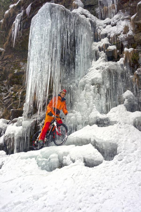 Bergfiets in de winter in de bergen stock afbeelding