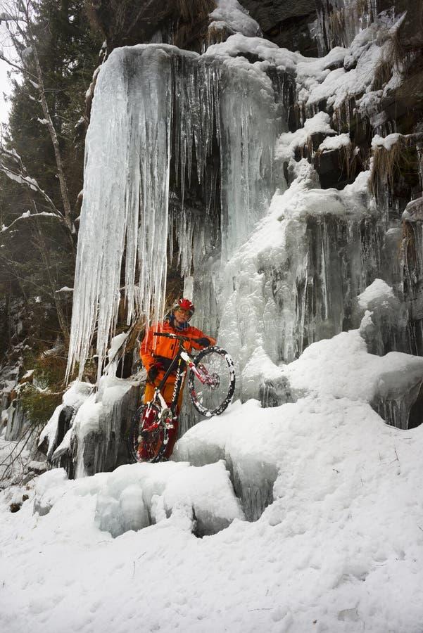 Bergfiets in de winter in de bergen royalty-vrije stock foto's