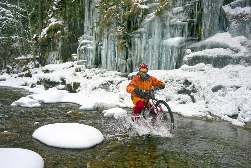 Bergfiets in de winter in de bergen stock fotografie