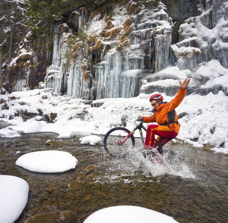 Bergfiets in de winter in de bergen stock foto's