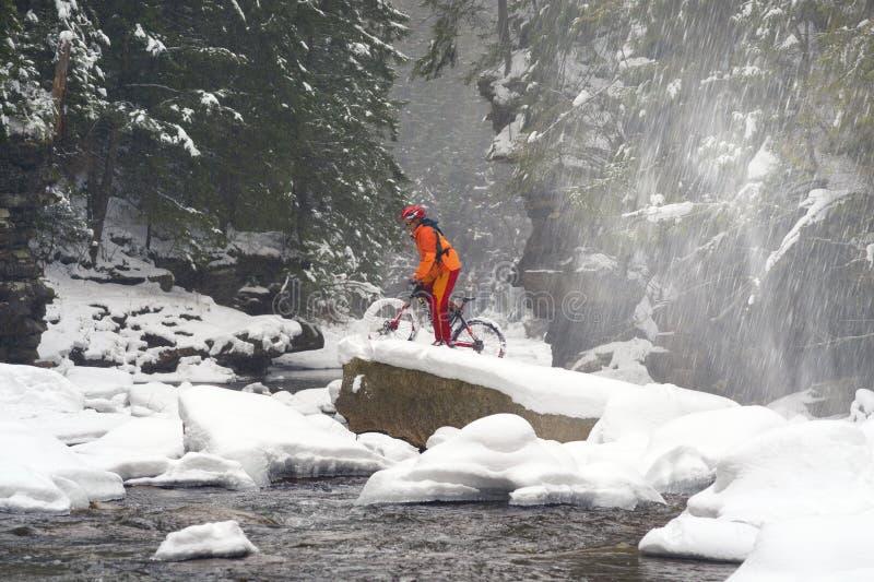 Bergfiets in de winter in de bergen royalty-vrije stock afbeeldingen