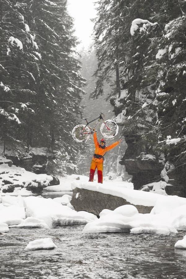 Bergfiets in de winter in de bergen stock afbeeldingen