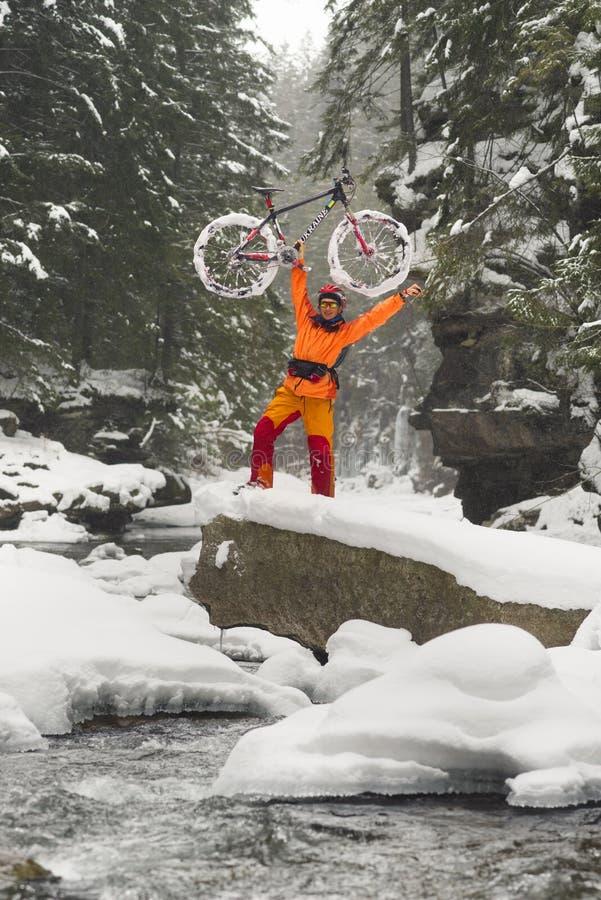 Bergfiets in de winter in de bergen royalty-vrije stock afbeelding