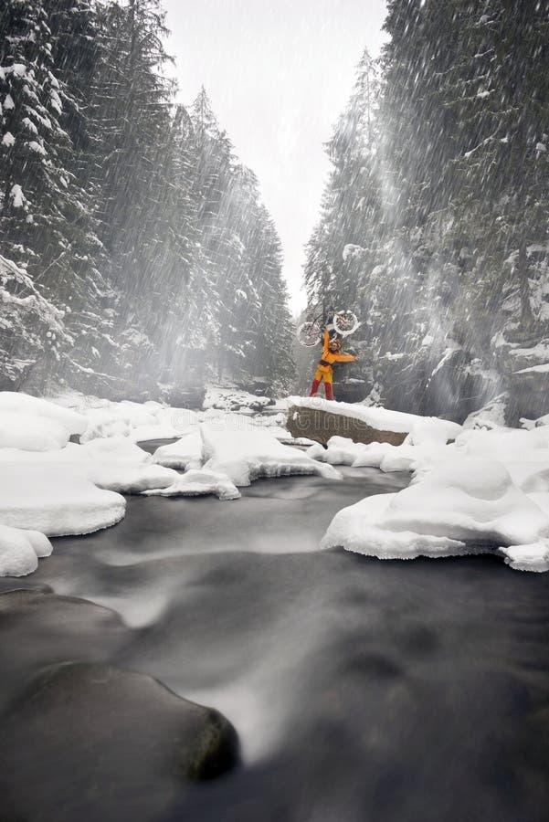 Bergfiets in de winter in de bergen royalty-vrije stock foto