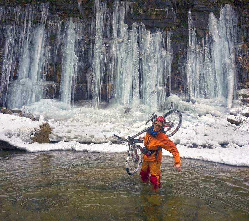 Bergfiets in de winter in de bergen royalty-vrije stock fotografie