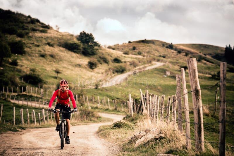 Bergfietser die MTB-fiets berijden stock foto's