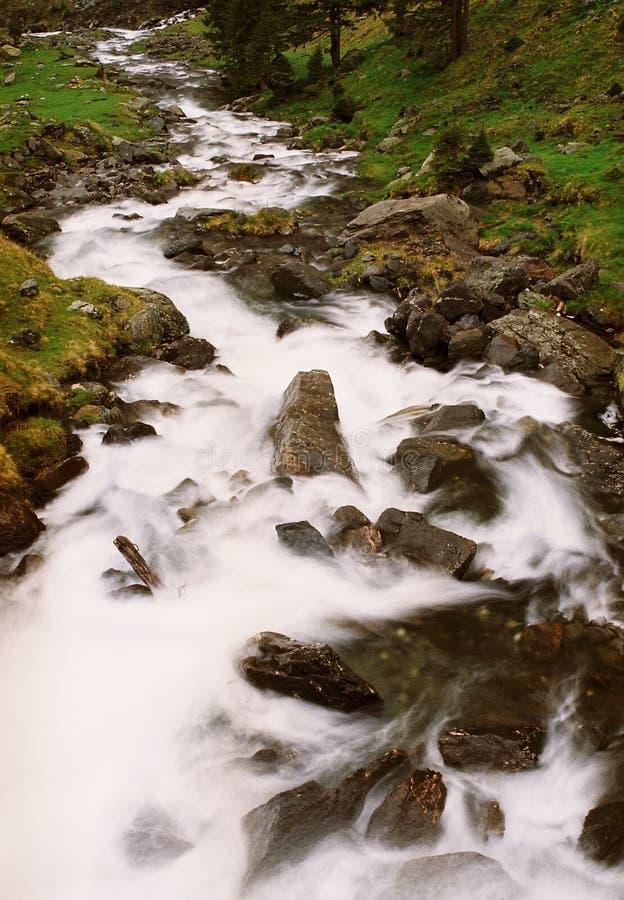 Download Bergflod fotografering för bildbyråer. Bild av kant, vattenfall - 31215