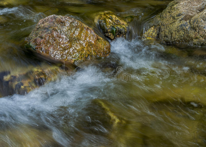 Bergflod i Ural berg royaltyfri fotografi