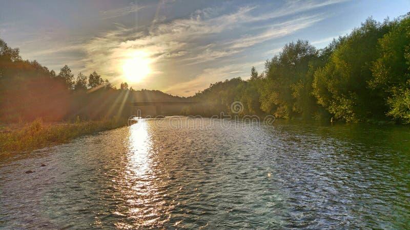 Bergflod på solnedgången arkivbilder