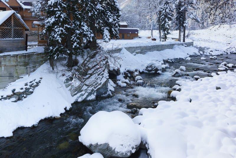 Bergfloden Amanauz flödar över vaggar i den vinterDombay dalen arkivbilder