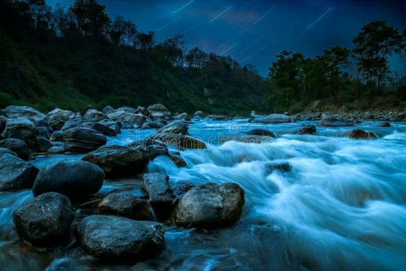 Bergflodnightscape arkivfoton