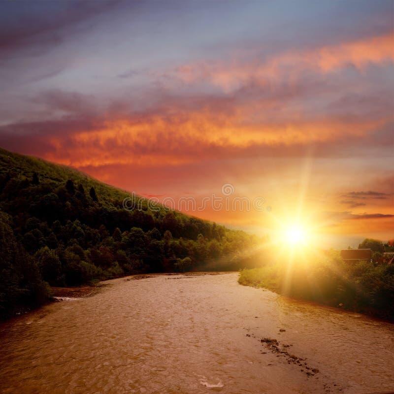 bergflodsolnedgång royaltyfri foto