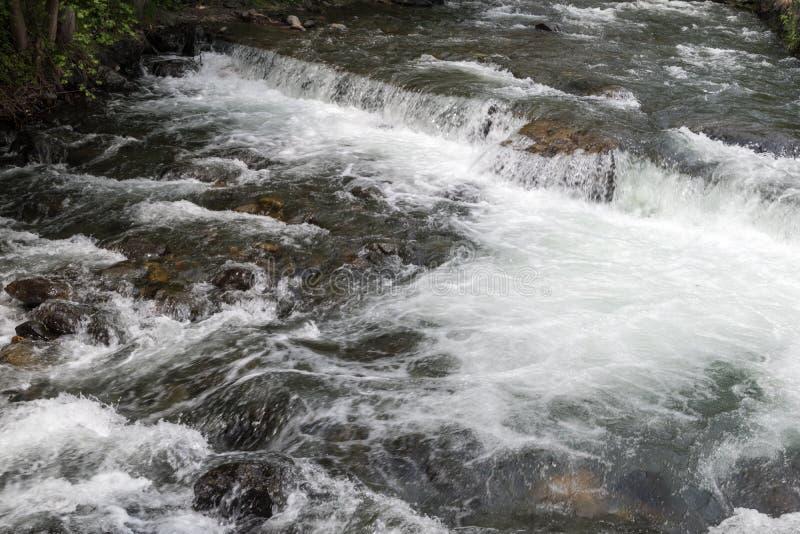 Bergflodström av vatten mellan bergstenar royaltyfri fotografi