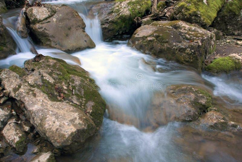 bergflodvatten royaltyfri bild
