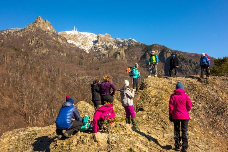 Berggids die aan een groep bergbeklimmers spreken stock afbeelding