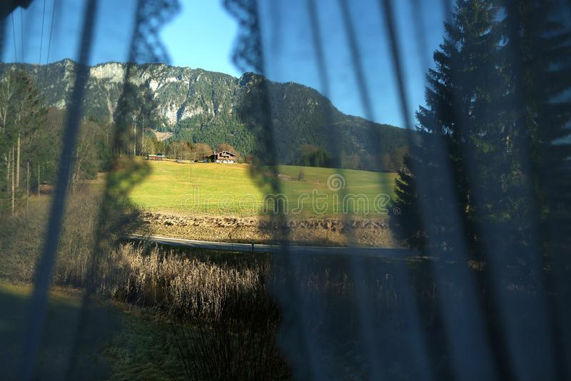 Berggipfel durch die Vorhänge meines Fensters