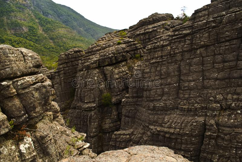 Berggipfelweg und -ausblick mit erstaunlichen Ansichten lizenzfreie stockfotos