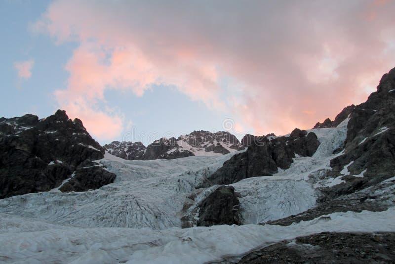 Bergglaciär- och maximumlandskap på soluppgång royaltyfria bilder