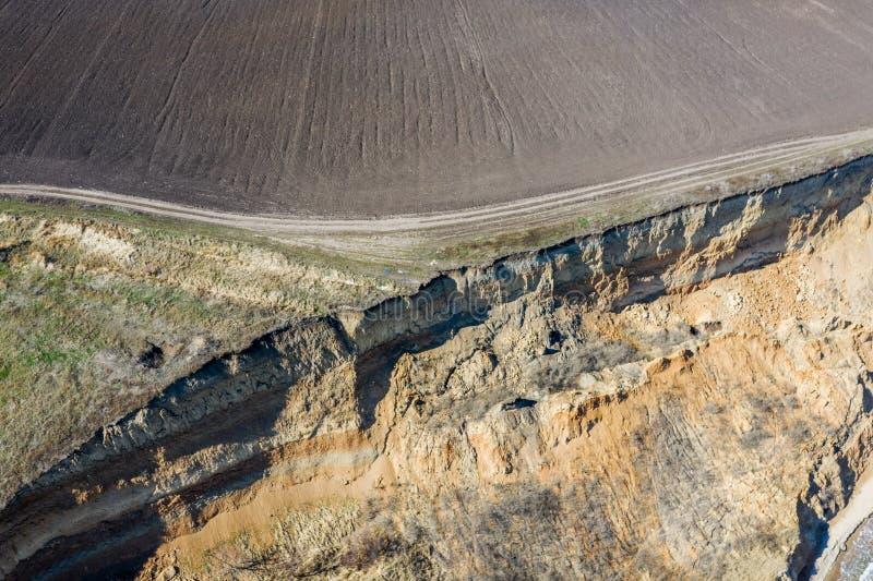 Berggrondverschuiving op een ecologisch gevaarlijk gebied Grote barst in grond, afdaling van grote lagen van vuil Dodelijk gevaar stock afbeelding