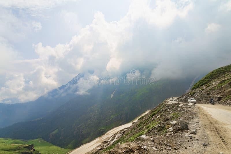 Berggrusväg med någon trafik royaltyfri bild