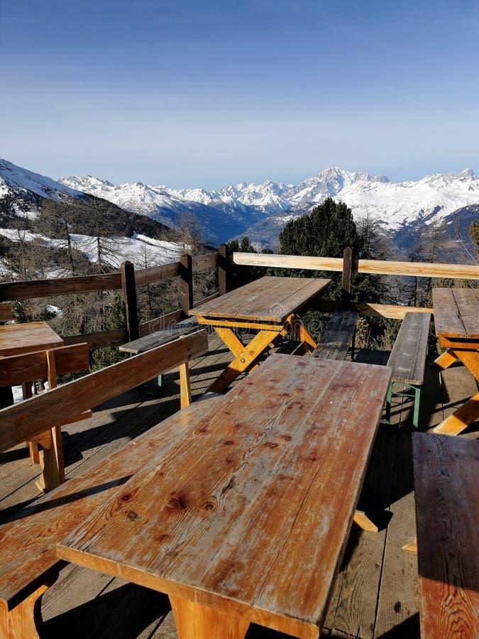 Berghütte mit Panorama-Bänken und -Tischen lizenzfreie stockfotos