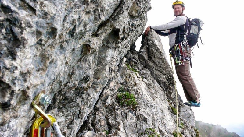 Berghandboken vaggar klättraren på kanten av en brant klättringruttöverskrift in i den nästa graden royaltyfri foto