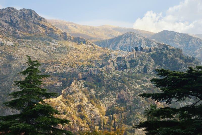 Berghang mit alten Verstärkungen Montenegro, kotor Herbstansicht der Straße zu Kotor-Festung stockbilder