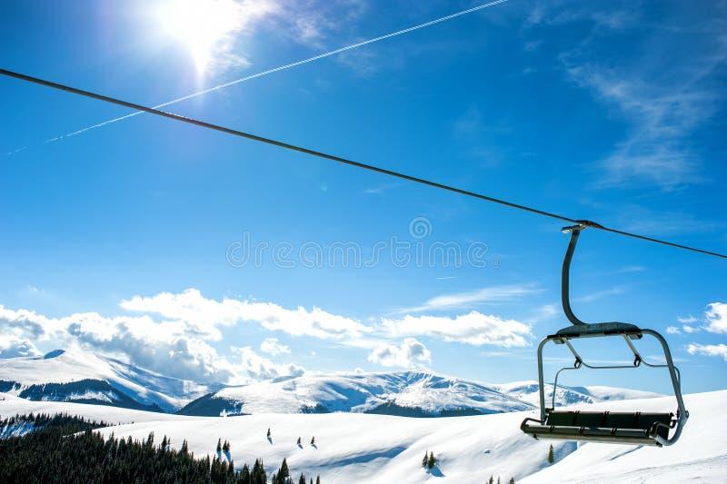 Berghellingen met stoeltjeslift stock foto