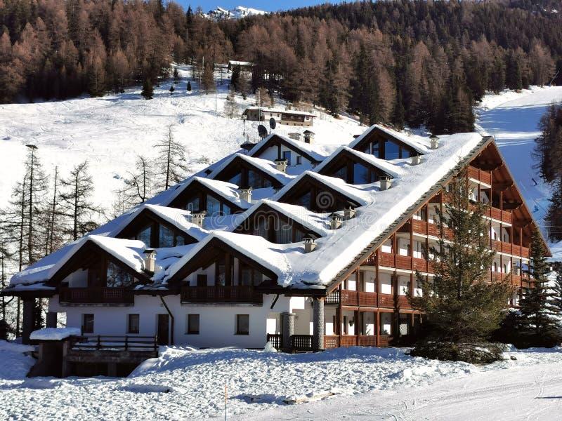 Berghotel Chalet im Schnee von der Pila in aosta lizenzfreies stockfoto