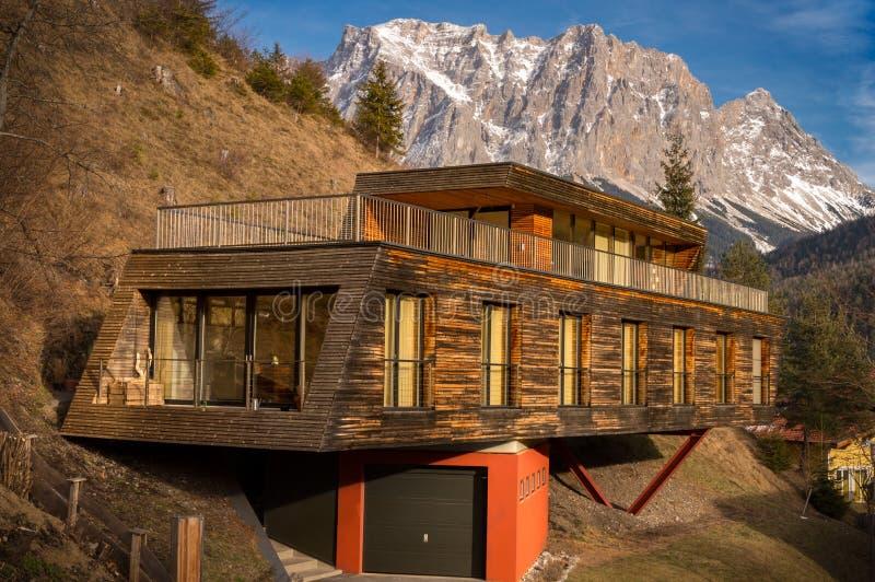 Berghuis met moderne architectuur royalty-vrije stock foto's