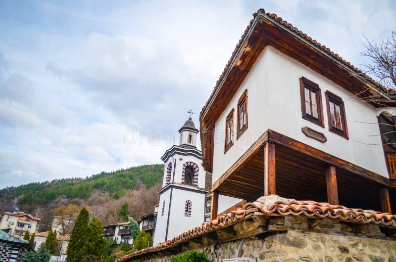 Berghuizen en kerk stock foto