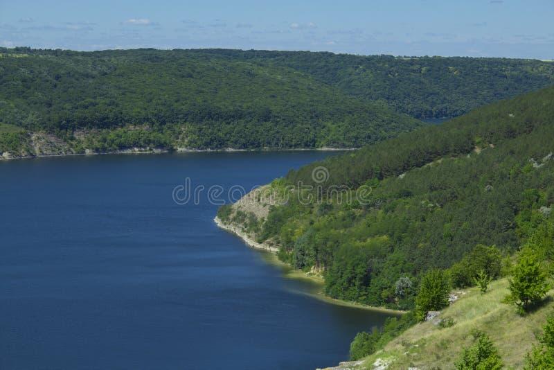 Bergig flodbank arkivbild