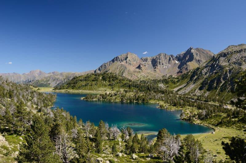 Bergig sjö i de franska Pyreneesna royaltyfria foton
