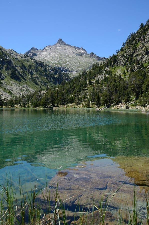 Bergig sjö Les Laquettes i de franska Pyreneesna royaltyfri foto